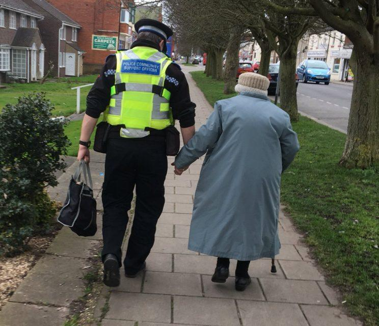 Heartwarming Picture Of Cop Helping A Hungry Man Goes: This Photo Of A Police Officer Helping A Lost Elderly