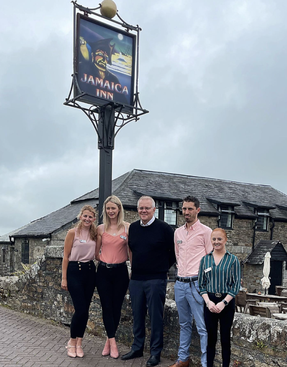 Scott Morrison posing with employees at a UK pub.