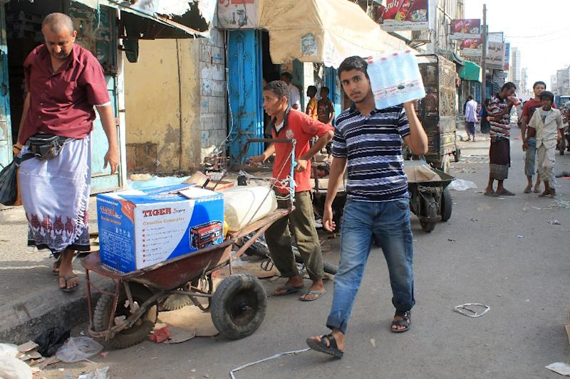 Yemenis purchase goods in the Sheikh Othman area, in the southern Yemeni port city of Aden, on May 13, 2015 (AFP Photo/Saleh Al-Obeidi)