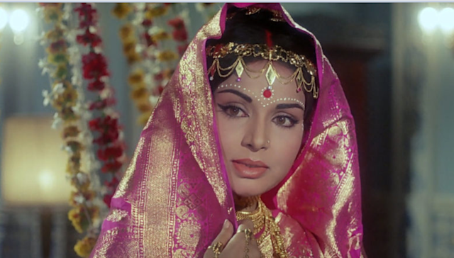 At the tender age of 16, Rakhee was married off to a Bengali journalist-turned-film maker, Ajay Biswas. But her marital bliss didn't last long and she was divorced from him in less than 2 years. In 1965, our society was not very kind to women who had separated from their husbands and divorced was a grave taboo. But, the teen braved through societal prejudices and tried to establish herself in her own terms.