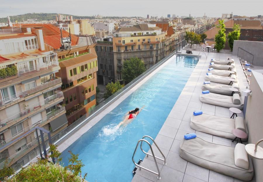 Enjoy the rooftop pool and olive garden (Photo: Ohla Eixample)