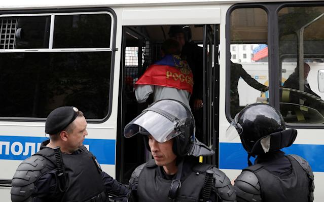 <p>Riot police detain a man covered with Russian national flag during an anti-corruption protest organised by opposition leader Alexei Navalny, on Tverskaya Street in central Moscow, Russia, June 12, 2017. (Maxim Shemetov/Reuters) </p>