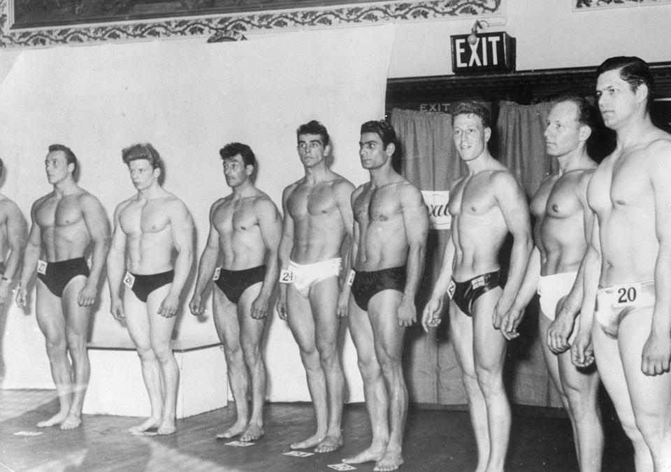Connery, center, poses during a bodybuilding competition. (Photo: ullstein bild via Getty Images)