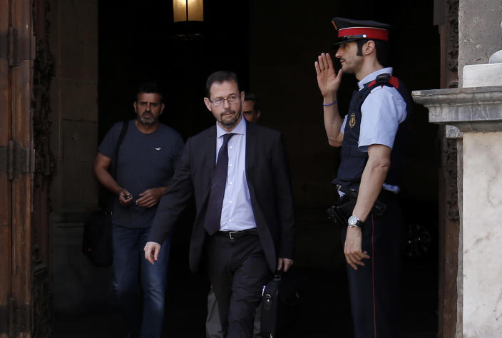 Spanish anticorruption prosecutor José Grinda, center, in Barcelona. (Photo: Pau Barrena/AFP/Getty Images)