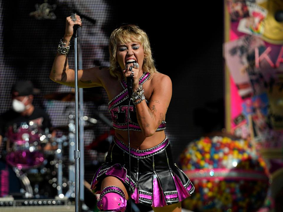 Miley Cyrus performs at the Super Bowl 2021 (USA TODAY Sports)