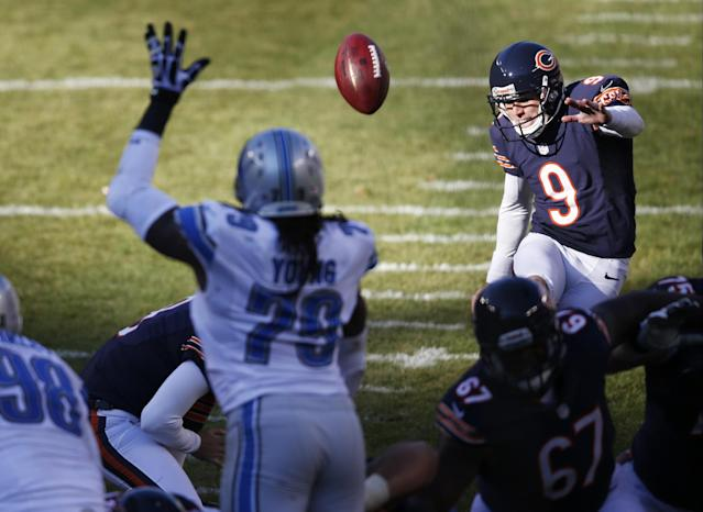 Chicago Bears kicker Robbie Gould (9) kicks a field goal against the Detroit Lions during the second half of an NFL football game, Sunday, Nov. 10, 2013, in Chicago. (AP Photo/Charles Rex Arbogast)