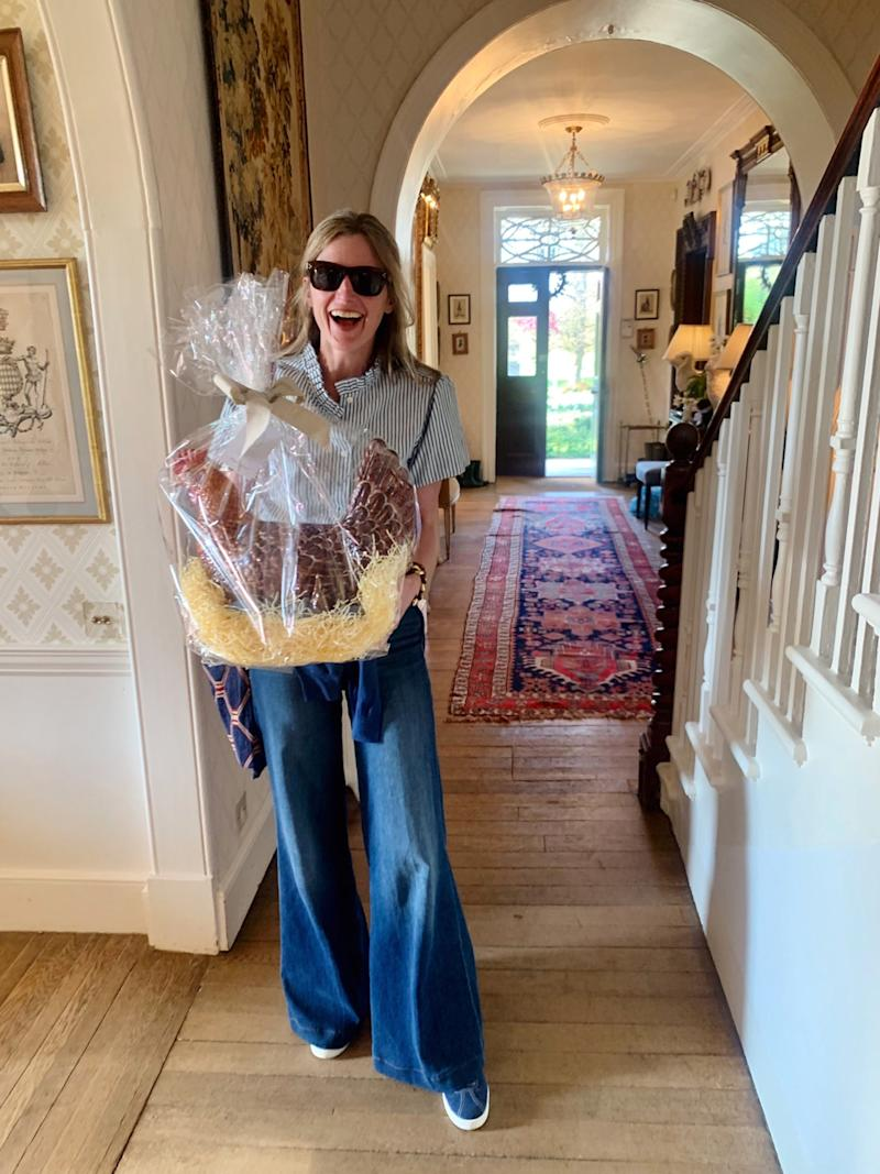 What an entrance! Amanda Brooks appears with the chicest house gift: an enormous chocolate hen from Daylesford.