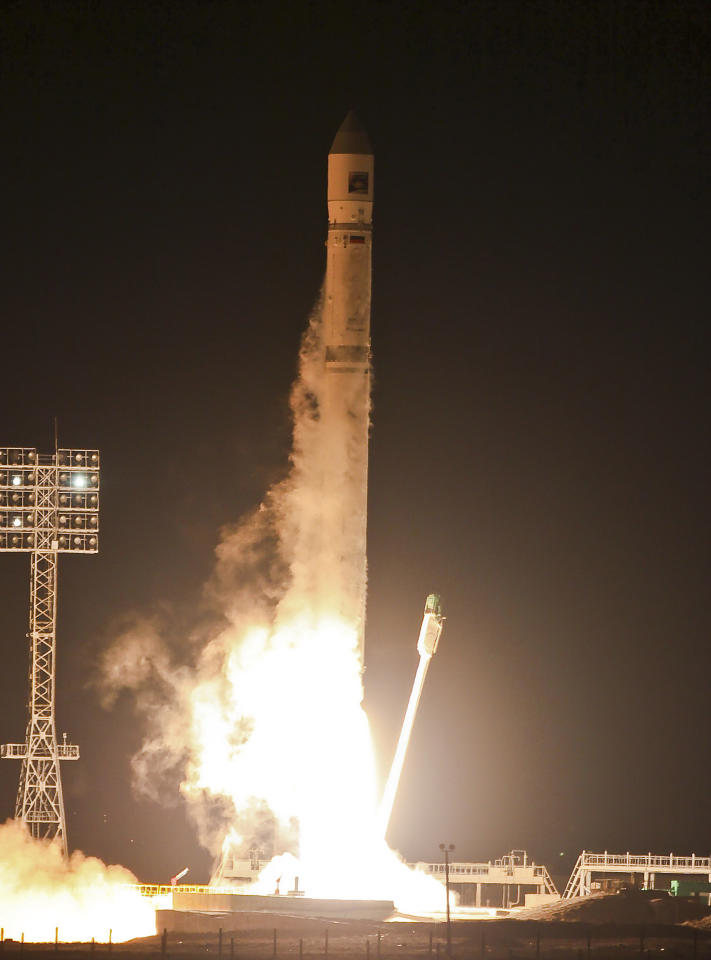 <p>               In this Wednesday, Nov. 9, 2011 file photo, the Zenit-2SB rocket with Phobos-Grunt (Phobos-Ground) blasts off from its launch pad at the Cosmodrome  Baikonur, Kazakhstan. Russia's space agency says a probe bound for a moon of Mars that instead got stuck in Earth's orbit will plummet down to Earth next month.The agency said Friday Dec. 16, 2011 the unmanned Phobos-Ground probe that got stranded after its Nov. 9 launch will come crashing down between Jan. 6 and Jan. 19. (AP Photo/Oleg Urusov, pool)