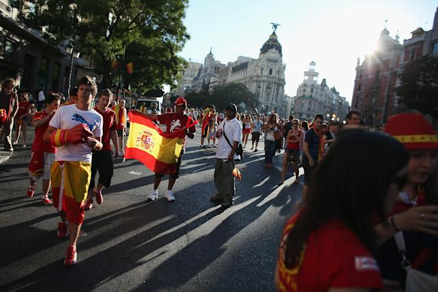 MADRID, SPAIN - JULY 02: Supporters of Spain's national football team prepare to congratulate their team's players as they return to Madrid following their victory in the UEFA EURO 2012 football championships on July 2, 2012 in Madrid, Spain. Spain beat Italy 4-0 in the UEFA EURO 2012 final match in Kiev, Ukraine, on July 1, 2012. (Photo by Oli Scarff/Getty Images)