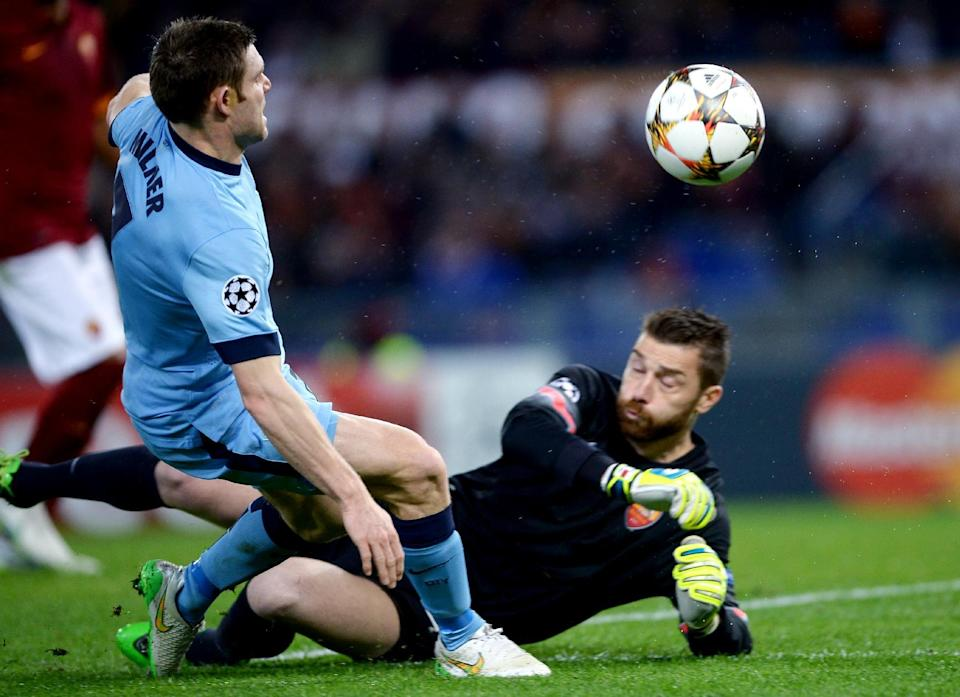 Roma's goalkeeper Morgan De Sanctis (R) makes a save in front of Manchester City's James Milner during their UEFA Champions League match on December 10, 2014 at the Olympic stadium in Rome (AFP Photo/Filippo Monteforte)