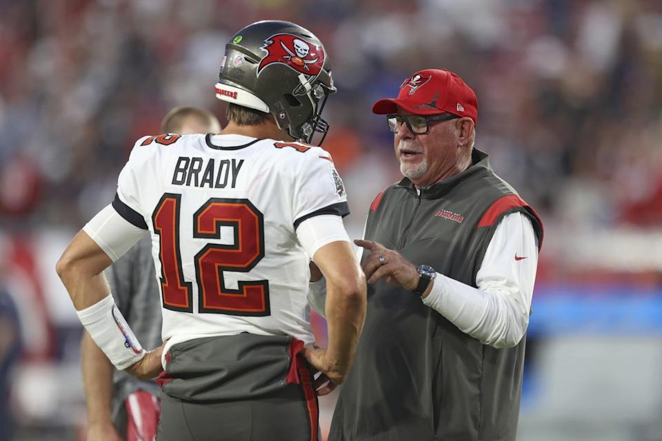 Buccaneers head coach Bruce Arians and Tom Brady have a discussion on the sideline.
