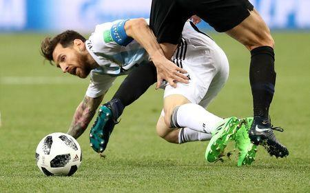 Soccer Football - World Cup - Group D - Argentina vs Croatia - Nizhny Novgorod Stadium, Nizhny Novgorod, Russia - June 21, 2018 Argentina's Lionel Messi goes down under the challenge of Croatia's Ivan Strinic REUTERS/Lucy Nicholson