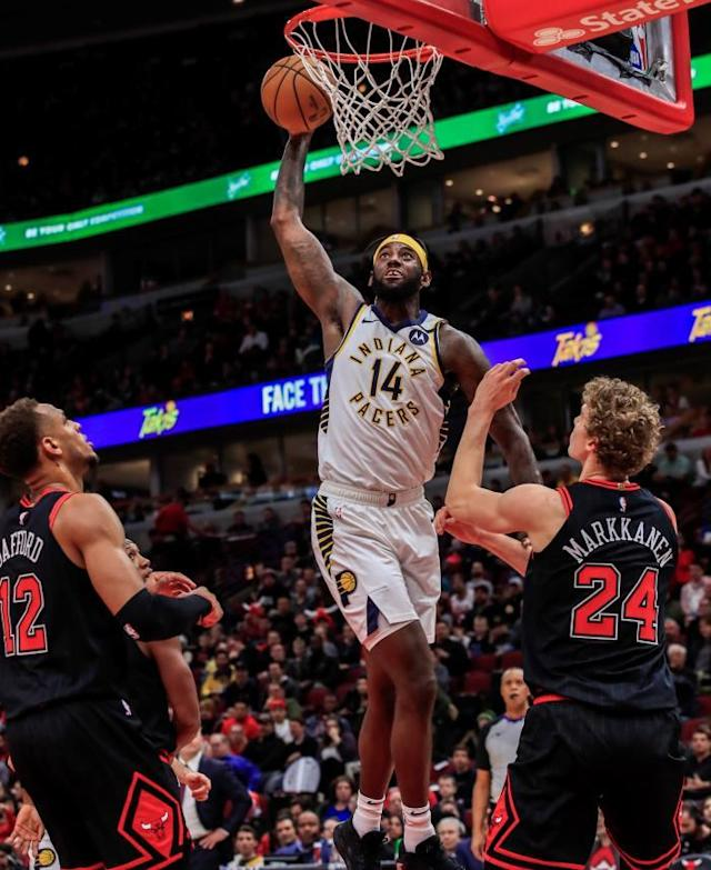 Indiana Pacers forward JaKarr Sampson (C) shoots between Chicago Bulls forward Daniel Gafford (L) and Chicago Bulls forward Lauri Markkanen of Finland (R) during the NBA basketball game between the Indiana Pacers and the Chicago Bulls at the United Center in Chicago, Illinois, USA, 10 January 2020. (Baloncesto, Finlandia, Estados Unidos) EFE/EPA/TANNEN MAURY