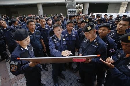 Police hold a briefing as they take position in anticipation of possible further protests against a military coup, in Bangkok's shopping district June 1, 2014. REUTERS/Erik De Castro