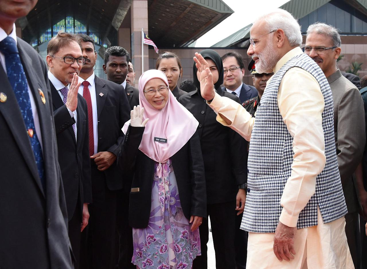 India's Prime Minister Narendra Modi waves to Malaysia's Deputy Prime Minister Wan Azizah and politician Anwar Ibrahim in Sepang, Malaysia May 31, 2018. Department of Information/Muhairul Azman via REUTERS ATTENTION EDITORS - THIS IMAGE WAS PROVIDED BY A THIRD PARTY. NO RESALES. NO ARCHIVES.