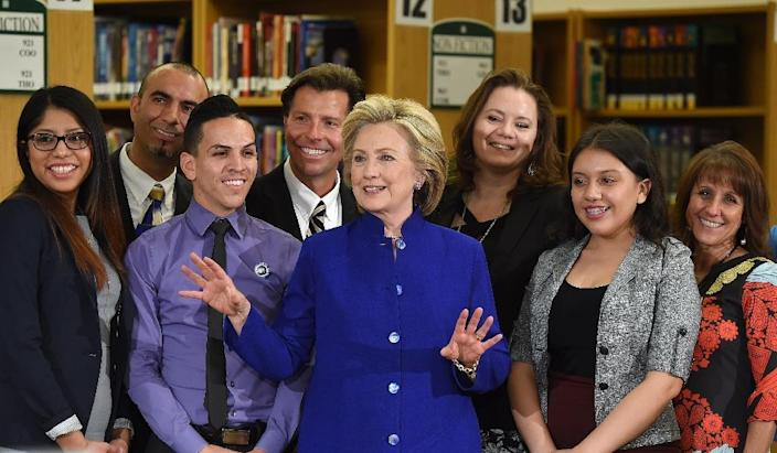 Democratic presidential candidate Hillary Clinton (C) poses with students and faculty at Rancho High School on May 5, 2015 in Las Vegas, Nevada (AFP Photo/Ethan Miller)