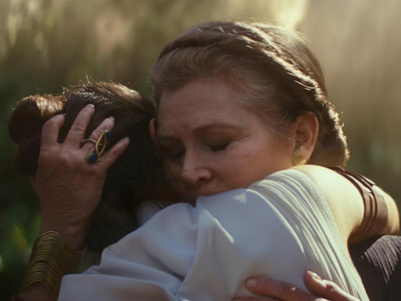 "General Leia Organa (Carrie Fisher, hinten) und Rey (Daisy Ridley) in ""Star Wars: Der Aufstieg Skywalkers"" (Bild: 2109 ILM and Lucasfilm Ltd. All Rights Reserved.)"