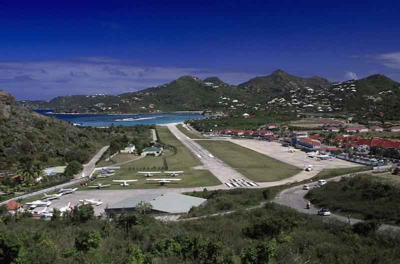 Aux Antilles, de nouvelles mesures si vous voulez voyager entre les îles (Photo d'illustration, L'aéroport Saint Jean à Saint Barthelemy, FWI) (Photo: Walter Bibikow via Getty Images)
