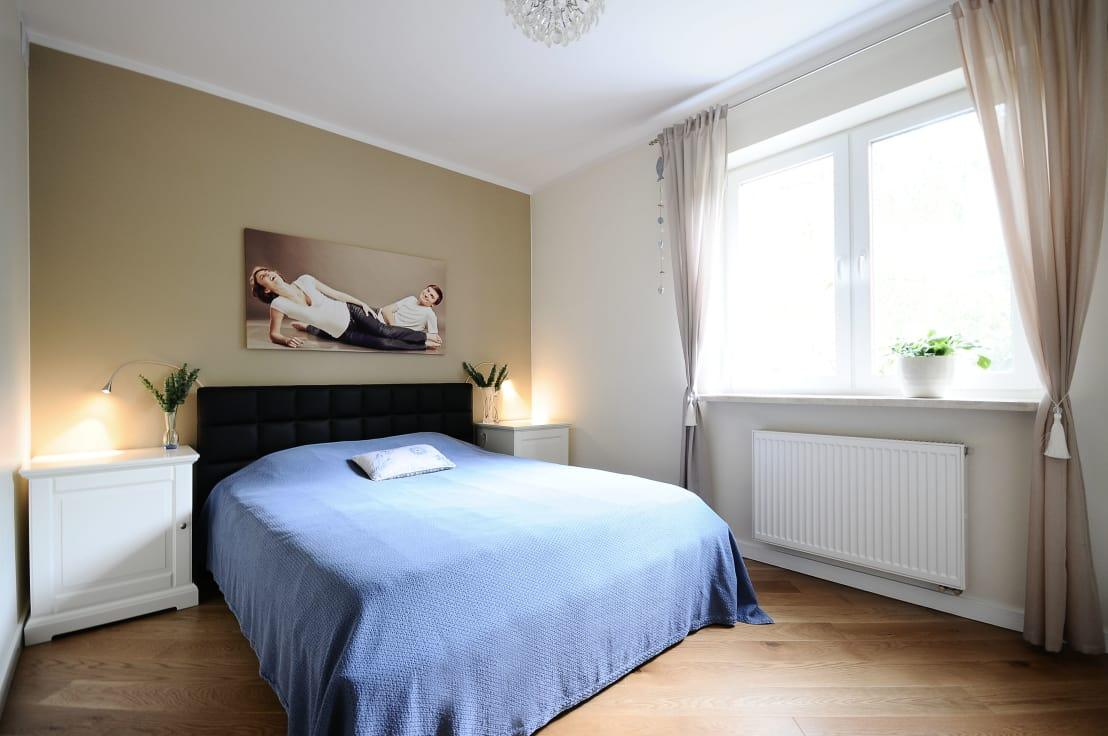 "<p>The <a rel=""nofollow"" href=""https://www.homify.co.uk/rooms/bedroom"">bedroom</a>'s design is just as it should be: relaxing and calming, with only a handful of furnishings and décor pieces so as not to clutter up the room.</p><p>Look at those practical bedside lighting fixtures that are ideal for bedtime reading!</p>  Credits: homify / IDeALS 
