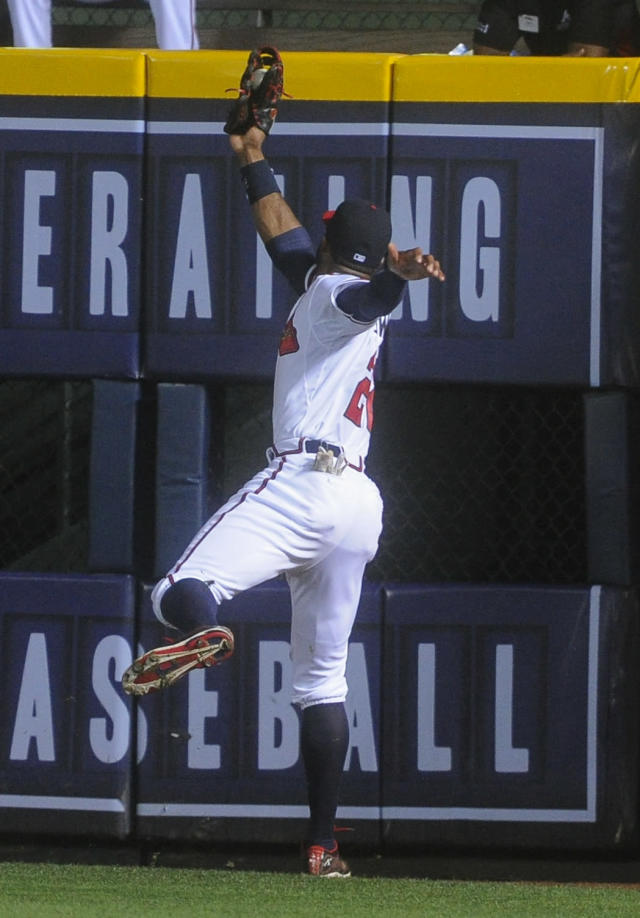 Atlanta Braves right fielder Jason Heyward catches a fly ball off the bat of New York Mets' David Wright during the eighth inning of a baseball game, Monday, June 17, 2013, in Atlanta. (AP Photo/John Amis)