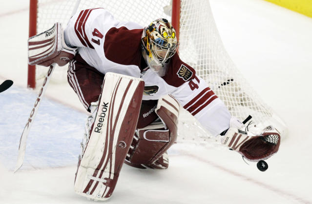 Phoenix Coyotes goalie Mike Smith stops a shot during the second period of Game 4 of the NHL hockey Stanley Cup Western Conference finals against the Los Angeles Kings in Los Angeles, Sunday, May 20, 2012. (AP Photo/Jae C. Hong)