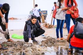 Shweta Chaudhary pioneers Cleanup Drive in Mumbai Beach with Indian Development Foundation