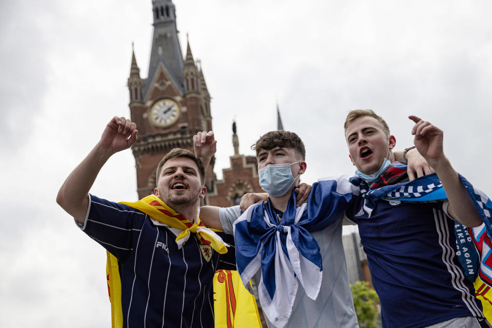 LONDON, ENGLAND - JUNE 17: Scotland fans singing outside King's Cross Station on June 17, 2021 in London, England. Officials in Scotland and London, where the match will be hosted at Wembley Stadium, have discouraged Scottish fans without tickets to the game of coming south, due to concerns about the spread of Covid-19. (Photo by Rob Pinney/Getty Images)