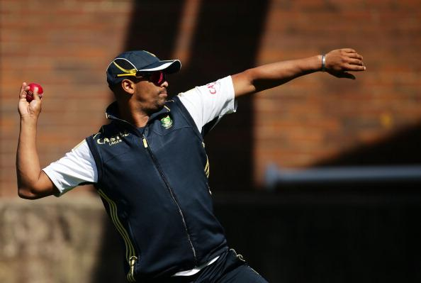SYDNEY, AUSTRALIA - OCTOBER 31:  Vernon Philander throws to test his injured shoulder during a South African Proteas nets session at Sydney Cricket Ground on October 31, 2012 in Sydney, Australia.  (Photo by Matt King/Getty Images)