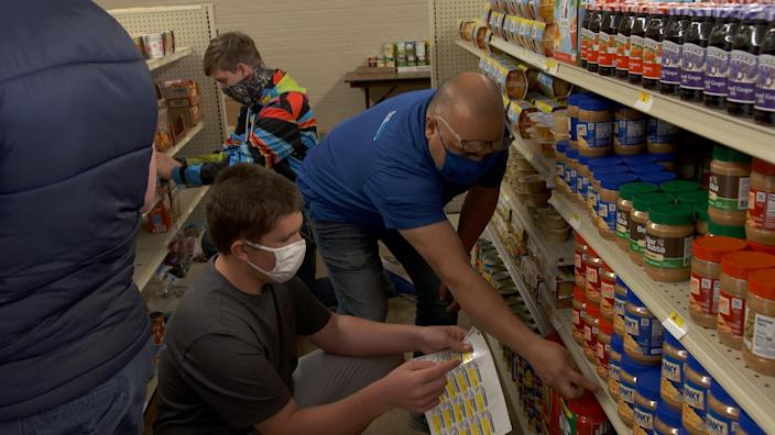 Students at Linda Tutt High School in Texas work at a food bank run like a grocery store inside their school. / Credit: CBS News