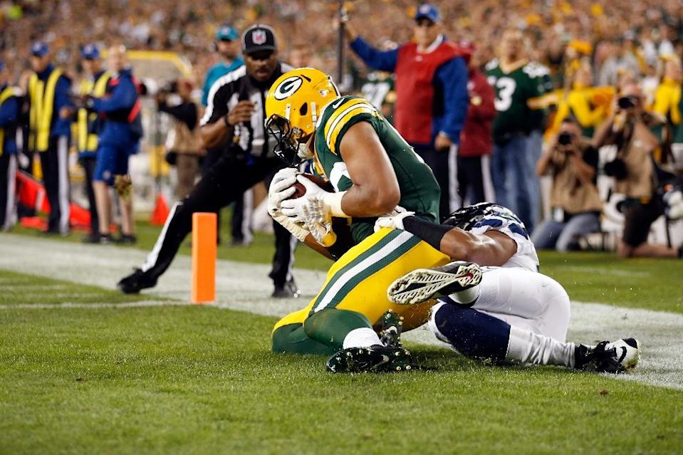 Green Bay Packers' Richard Rodgers (L) catches a touchdown pass during the game against the Seattle Seahawks at Lambeau Field on September 20, 2015 in Green Bay, Wisconsin (AFP Photo/Christian Petersen)