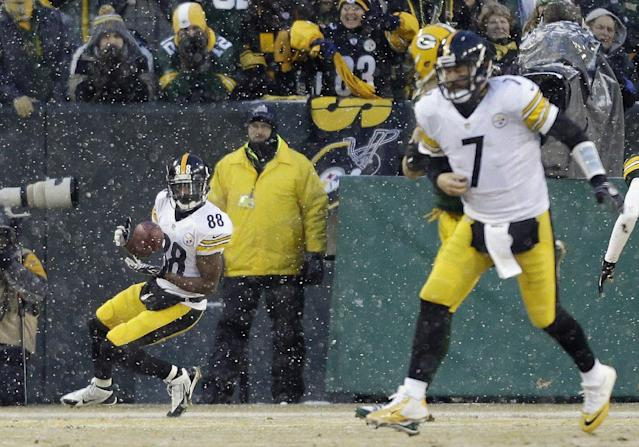 Pittsburgh Steelers' Emmanuel Sanders (88) catches a touchdown pass from quarterback Ben Roethlisberger (7) during the first half of an NFL football game against the Green Bay Packers Sunday, Dec. 22, 2013, in Green Bay, Wis. (AP Photo/Jeffrey Phelps)