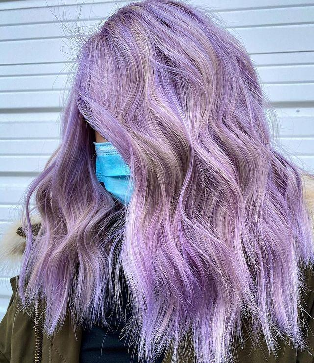 "<p>Capelli lunghi mossi con balayage viola e grigie su base bionda.</p><p><a href=""https://www.instagram.com/p/CMjA2NFhEL9/"" rel=""nofollow noopener"" target=""_blank"" data-ylk=""slk:See the original post on Instagram"" class=""link rapid-noclick-resp"">See the original post on Instagram</a></p>"