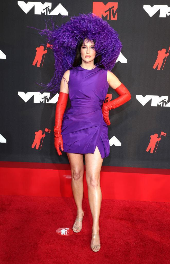 Kacey Musgraves ensured all eyes were on her in this oversized purple hat. (Getty Images)