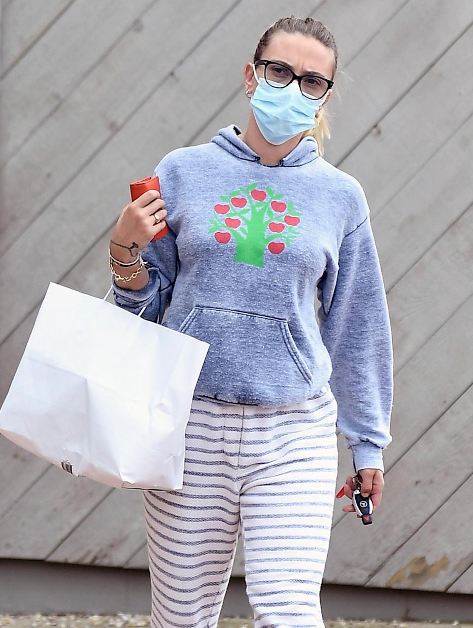 <p>Scarlett Johansson picks up breakfast in The Hamptons, New York, on Wednesday wearing striped pants and a hoodie.</p>