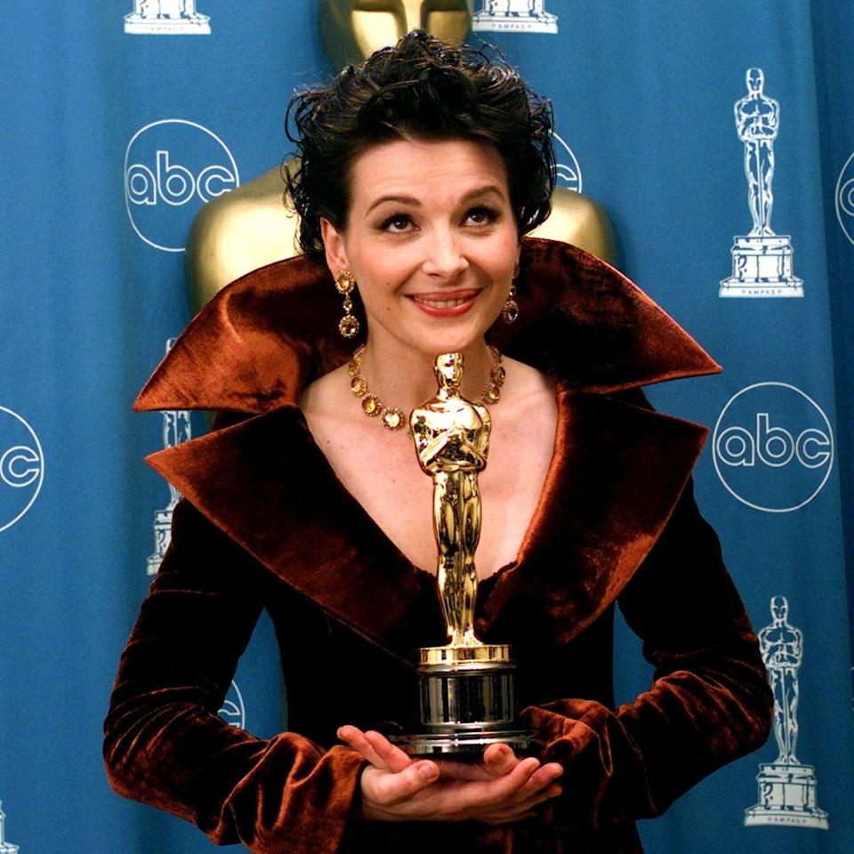Juliette Binoche holds her Best Supporting Actress Oscar backstage at the 69th annual Academy Awards in Los Angeles, 1997 - AP