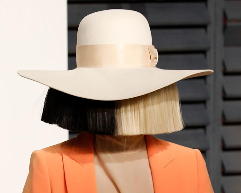 Sia posted a nude picture of herself to Twitter to beat the paparazzi to it (NSFW)