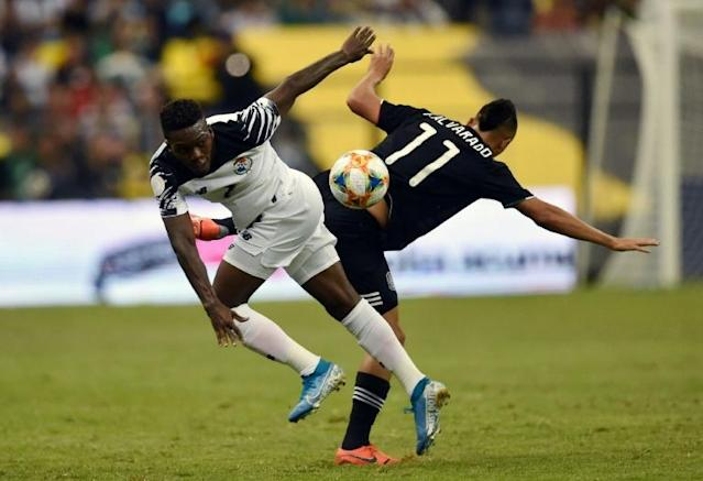 Panama's Jose Rodriguez (L) vies for the ball with Roberto Alvarado of Mexico during their Concacaf Nations League football match at the Azteca stadium in Mexico City on October 15, 2019 (AFP Photo/RODRIGO ARANGUA)