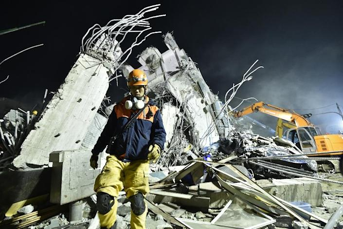 Rescue personnel work at the site of a collapsed building in the southern Taiwanese city of Tainan on February 6, 2016 following a strong 6.4-magnitude earthquake (AFP Photo/Sam Yeh)