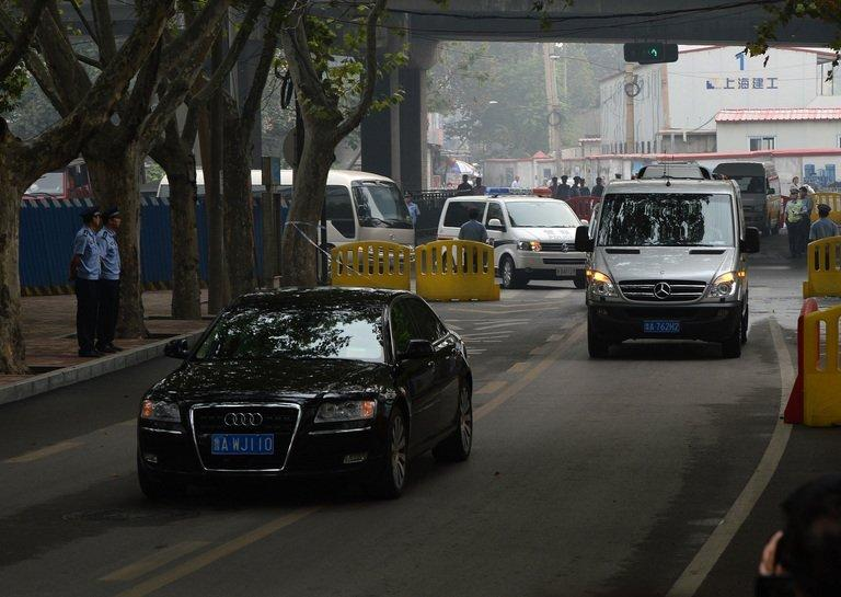 The convoy believed to be carrying disgraced politician Bo Xilai arrives at court in Jinan on September 22, 2013