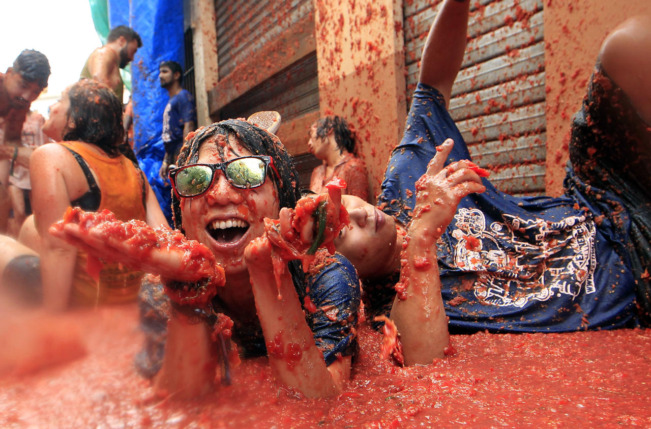 """<p>Revelers enjoy as they throw tomatoes at each other, during the annual """"Tomatina"""", tomato fight fiesta, in the village of Bunol, 50 kilometers outside Valencia, Spain, Wednesday, Aug. 30, 2017. (Photo: Alberto Saiz/AP) </p>"""