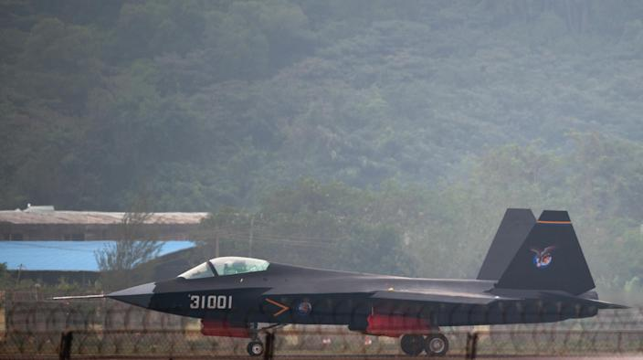 A J-31 stealth fighter taxis after a flight at the Airshow China 2014 in Zhuhai, south China's Guangdong province, on November 11, 2014 (AFP Photo/Johannes Eisele)