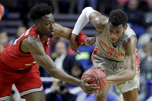 Ohio State's C.J. Jackson, left, and Houston's Brison Gresham chase a loose ball during the first half of a second round men's college basketball game in the NCAA Tournament Sunday, March 24, 2019, in Tulsa, Okla. (AP Photo/Charlie Riedel)