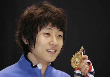 South Korea's Ahn Hyun-Soo poses with his gold medal after winning the men's 1500 metres event of the ISU World Cup Short Track in Kobe, western Japan, October 27, 2007. REUTERS/Yuriko Nakao