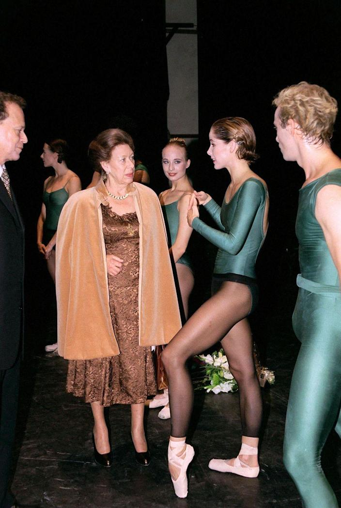 <p>Margaret engages in conversation with ballerina Darcey Bussell after a performance in 1998.</p>