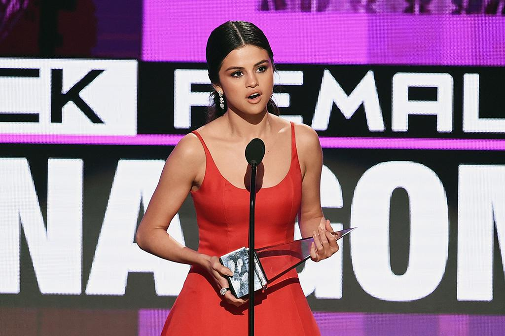 Selena Gomez accepts the Favorite Pop/Rock Female Artist award onstage during the 2016 American Music Awards at Microsoft Theater on November 20, 2016 in Los Angeles, California. (Photo by Kevin Winter/Getty Images)