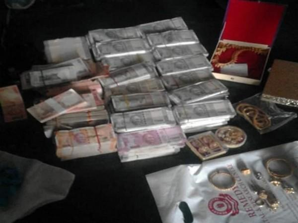 A visual of the seized cash and gold.