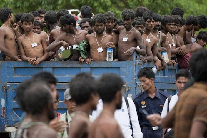 Migrants, who were found at sea, arrive at Mee Tike temporary refugee camp, located near the Bangladesh border, in Myanmar's Rakhine state, on June 4, 2015 (AFP Photo/Ye Aung Thu)