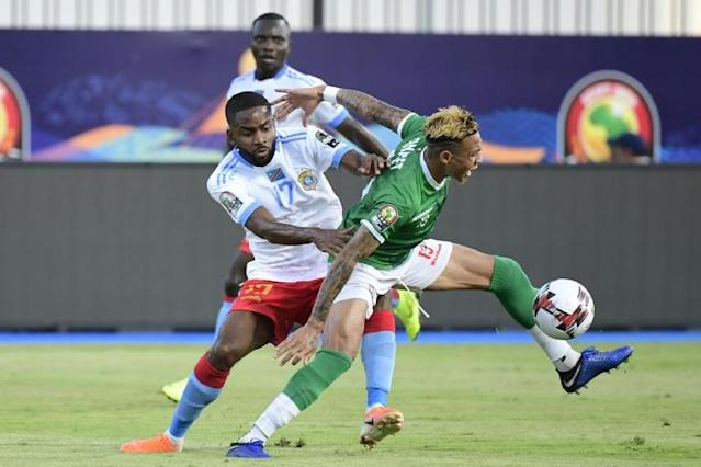 Madagascar midfielder Anicet Andrianantenaina (R) tussles for possession with Democratic Republic of Congo forward Cedric Bakambu during an Africa Cup of Nations last-16 match in Egypt (AFP Photo/JAVIER SORIANO)