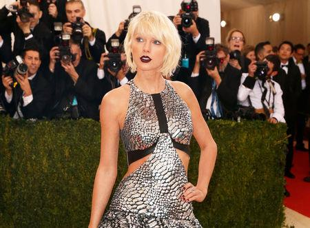 "FILE PHOTO:    Singer-Songwriter Taylor Swift arrives at the Metropolitan Museum of Art Costume Institute Gala (Met Gala) to celebrate the opening of ""Manus x Machina: Fashion in an Age of Technology"" in the Manhattan borough of New York, May 2, 2016.  REUTERS/Lucas Jackson/File Photo"