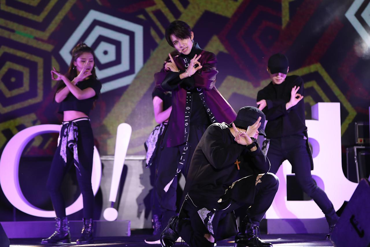 <p>K-pop star Samuel Kim performs at the Yahoo Asia Buzz Awards 2017 in Hong Kong on Wednesday (6 December).</p>
